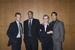 persone di affari che si levano in piedi insieme Fotografie Stock Libere da Diritti