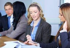 Persone di affari che si siedono alla tabella di congresso Immagini Stock