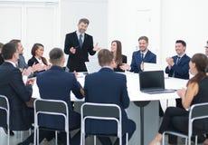 Persone di affari che si siedono alla tavola rotonda di conferenza alla riunione Immagine Stock Libera da Diritti