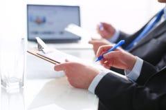 Persone di affari che si siedono sullo scrittorio sull'ufficio businesspeople Fotografie Stock