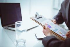 Persone di affari che si siedono sullo scrittorio sull'ufficio businesspeople Fotografia Stock Libera da Diritti