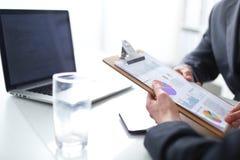 Persone di affari che si siedono sullo scrittorio sull'ufficio businesspeople Immagine Stock