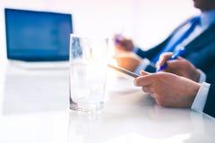 Persone di affari che si siedono sullo scrittorio sull'ufficio businesspeople Immagini Stock Libere da Diritti