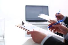 Persone di affari che si siedono sullo scrittorio sull'ufficio businesspeople Fotografia Stock