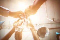 Persone di affari che tostano i bicchieri di vino Fotografie Stock Libere da Diritti