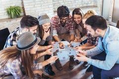 Persone di affari che uniscono i pezzi di puzzle in ufficio Fotografia Stock