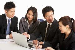 Persone di affari cinesi che hanno riunione Fotografia Stock