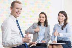 Persone di affari con l'atteggiamento positivo immagine stock