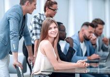 Persone di affari con l'elaboratore digitale che ha riunione in ufficio immagini stock