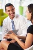 Persone di affari con la compressa di Digital che ha riunione interna Fotografie Stock