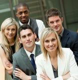 Persone di affari con una donna bionda nella metà Fotografia Stock