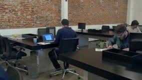 Persone di affari lavoranti del gruppo di corsa della miscela dell'ufficio della gente diverse archivi video