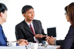 Persone di affari multirazziali del ritratto che confrontano le idee nella riunione Fotografia Stock Libera da Diritti