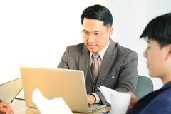 Persone di affari multirazziali del ritratto che confrontano le idee nella riunione Immagini Stock