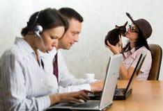 Persone di affari nell'ufficio con i computer portatili Fotografia Stock Libera da Diritti