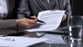 Persone di affari o avvocati che firmano contratto alla riunione Primo piano delle mani umane sul lavoro Illuminazione scura Immagini Stock Libere da Diritti