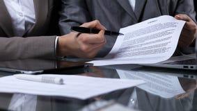 Persone di affari o avvocati che firmano contratto alla riunione Primo piano delle mani umane sul lavoro Illuminazione scura Immagini Stock