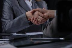Persone di affari o avvocati che stringono le mani alla riunione Primo piano delle mani umane sul lavoro Concetto di firma del co Fotografie Stock Libere da Diritti