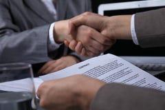 Persone di affari o avvocati che stringono le mani alla riunione Primo piano delle mani umane sul lavoro Concetto di firma del co Fotografia Stock