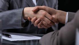 Persone di affari o avvocati che stringono le mani alla riunione Primo piano delle mani umane sul lavoro Concetto di firma del co Immagine Stock Libera da Diritti