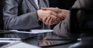 Persone di affari o avvocati che stringono le mani alla riunione Primo piano delle mani umane sul lavoro Concetto di firma del co Fotografia Stock Libera da Diritti