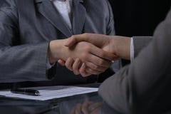 Persone di affari o avvocati che stringono le mani alla riunione Primo piano delle mani umane sul lavoro Concetto di firma del co Fotografie Stock