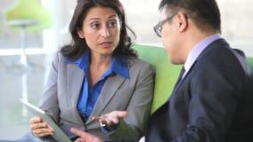 Persone di affari su Sofa And Using Digital Tablet archivi video