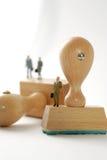 Persone di affari sui timbri di gomma di legno, isolati Fotografia Stock