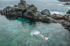 Persone dyk i den naturliga simbassängen Charco De La Laja arkivfoto