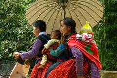 5 persone sulla motocicletta durante il festival del mercato di amore nel Vietnam Fotografie Stock