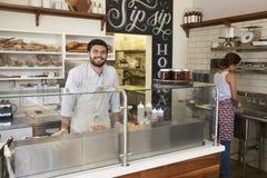 Personeel die achter de teller bij een sandwichbar werken royalty-vrije stock foto