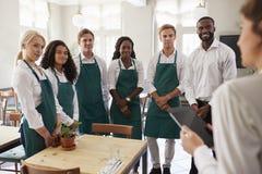 Personeel die Team Meeting In Empty Dining-Zaal bijwonen royalty-vrije stock afbeelding