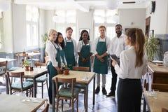 Personeel die Team Meeting In Empty Dining-Zaal bijwonen stock afbeelding