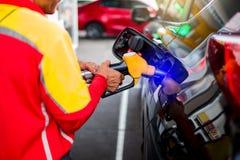 Personeel met Hand die de auto met brandstof opnieuw vult royalty-vrije stock afbeelding