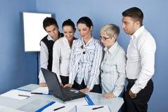 Personeel van bedrijfsmensen in bureau dat laptop met behulp van Royalty-vrije Stock Afbeeldingen