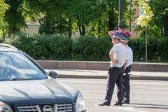 Personeel van de patrouilleverkeer van de verkeerspolitie in St. Petersburg Stock Fotografie