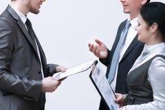 Personel dyskutuje biznesowych dokumenty, stoi w lobby biuro obrazy stock