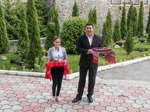 Personel hotelowy miraż wita gości z fundą przy wejściem hotel w Poiana Brasov w Rumunia fotografia stock