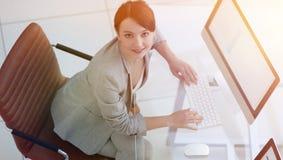 Personel planistycznego działu obsiadanie za biurkiem i patrzeć kamerę zdjęcie royalty free
