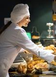 Personel sprzedaje chlebowego i różnego ciasto Zdjęcia Stock