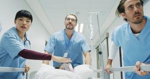 Personel szpitala dosunięcia pacjent w łóżku podczas nagłego wypadku 4k zbiory wideo