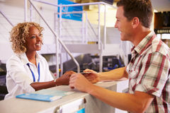 Personel Wręcza bilet pasażer Przy Lotniskowym Sprawdza Wewnątrz biurko Fotografia Stock