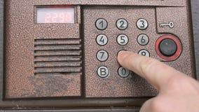 Personenöffnungstür unter Verwendung eines numerischen Codes des Zugangs stock footage