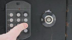 Personenöffnungstür unter Verwendung eines numerischen Codes des Zugangs stock video
