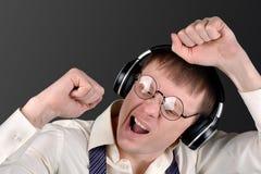 Personen är för emotionellt lyssna till musik Royaltyfria Bilder