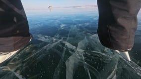 Personen är skridskoåkningen på dagen POV Man som rider hockeyisskridskor i natur Utomhus- vintergyckel för trevlig vinter för id arkivfilmer