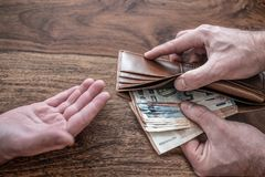 Personen die geld elkaar overhandigen aan stock foto