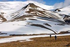 Personen die Toendra in Svalbard lopen royalty-vrije stock afbeeldingen