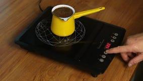 Personen g?r kaffe, genom att justera makten av induktionsugnen arkivfilmer
