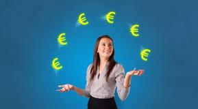 Personen jonglerar med eurosymbol royaltyfri bild